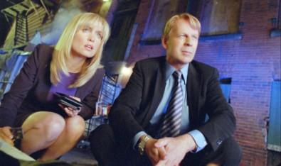 Agent Greer a Petersová mají počíháno na masáky. Zdroj: scifiwire.com