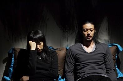 Nejtypičtější scénou Kim Ki-dukových filmů je muž a žena sedící mlčky vedle sebe. Fotografie je z nejnovějšího filmu Sen (Bimong, 2008) Zdroj: Distributor filmu.