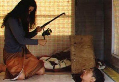 Scéna s háčky z filmu Ostrov. Zdroj: Distributor filmu.