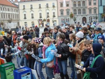 Akce Bubnování na PET lahve se zúčastnilo několik desítek lidí. Foto: Magda Siroginová, Topzine.cz
