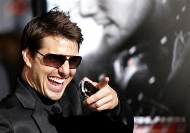 Tom Cruise s mobilem v ruce. Že by netrpělivě očekával telefonáty fanoušků, kterým se povedlo získat jeho číslo? Zdroj: tv.edogo.com