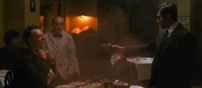 Al Pacino (vpravo) zabíjí ve filmu Kmotr své oponenty Zdroj: obrázek z filmu Kmotr