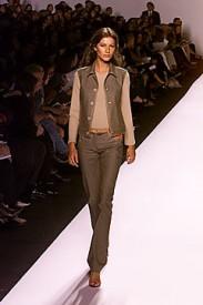 Kolekce Marca Jacobse jaro 1999, modelka Gisele Bundchen, Zdroj: style.com
