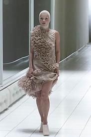 Kolekce jaro 2000 Alexander McQueen, modelka Kate Moss, Zdroj: style.com