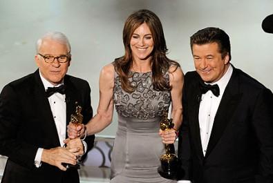 Oscarová režisérka Kathryn Bigelow s moderátory slavnostního večera Stevem Martinem a Alecem Baldwinem Zdroj: mirror.co.uk