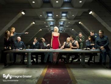 Osazenstvo seriálu na wallpaperu ke čtvrté sérii, paralela k obrazu Poslední večeře, Zdroj: syfy.com