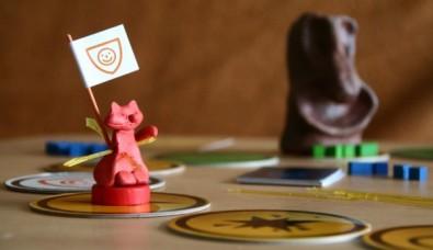 Laborigines - rozehraná hra, kočička s vlajkou imunity, Foto: Hana Vítová, Topzine.cz