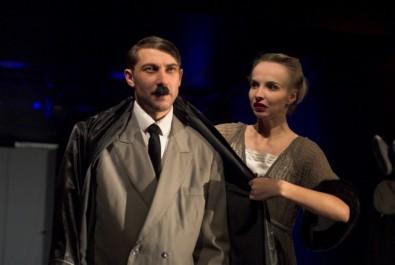 Adolf Hitler (Petr Jeništa) a Eva Braunová (Jana Plodková) Zdroj: hadivadlo.cz
