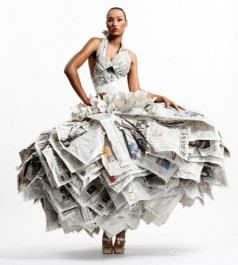 Recyklované šaty z novin, autor Gary Harvey. Zdroj: koldinghus.dk