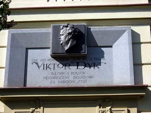 Pamětní deska Viktora Dyka Zdroj: wikimedia.org