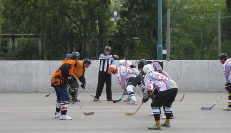 Foto: Vhazování při hokejbalovém zápase