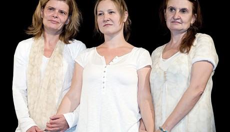 FOTO: Zuzana Bydžovská, Tereza Gübelová a Eva Holubová v inscenaci Druhý břeh