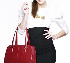 FOTO: červená kabelka na notebook