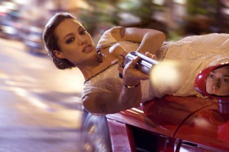 Uťápnutá mamka? Kdepak, Angelina se s ničím nepáře. Zdroj: Universal Pictures