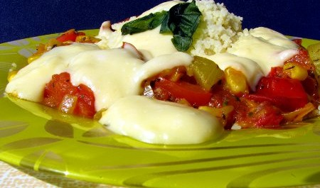 FOTO: Kuskus se zeleninou a sýrovou omáčkou