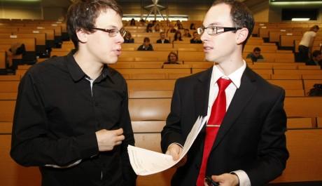 Martin Bernátek a Štěpán Mejzlík konzultujíci průběh květnové konference YBC v Praze.