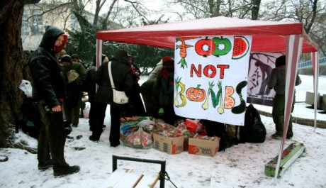 FOTO: Stánek Food Not Bombs