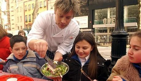 Jamie Oliver se snaží zlepšit stravovací návyky britských školáků.