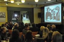 FOTO: Promítání fotografií Olgy Havlové na vernisáží v Kavárně Lucerna autorem Bohdanem Holomíčkem