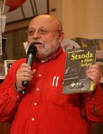 Arnošt Goldflam s knihou pro děti Standa a dům hrůzy