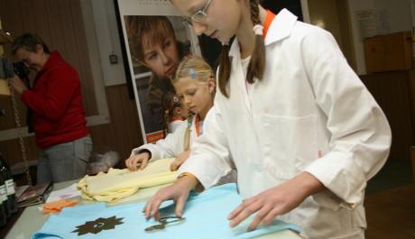 FOTO: Děti v laboratoři