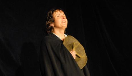 FOTO: Barbora Hrzanová ve hře Máj v divadle Viola
