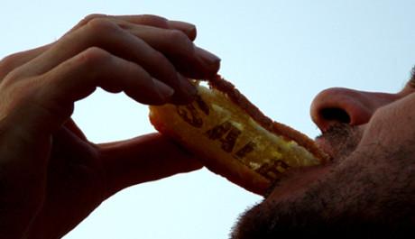 OBR.: Muž s chlebem s nápisem sale