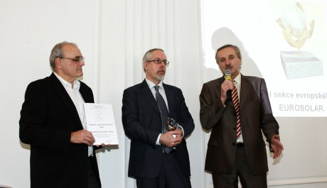 FOTO: Předseda národní sekce EUROSOLAR předává ocenění řediteli ND
