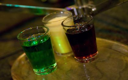 FOTO: Panáky tří likérů - zelené, vaječňáku a griotky -, aneb jedna z variant lidového drinku s názvem semafor.