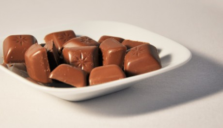 FOTO: čokoládové bonbóny na talířku