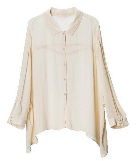 FOTO: Bíla košile v moderním pojetí.