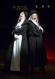 FOTO: Zora Jandová a Ludmila Molínová v muzikálu Jeptišky v Divadle Na Fidlovačce