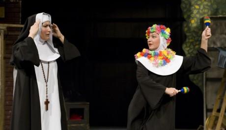 FOTO: Zora Jandová a Sandra Pogodová v muzikálu Jeptišky v Divadle Na Fidlovačce