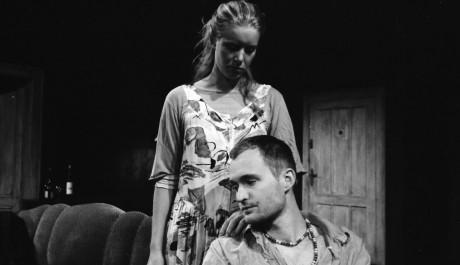 Anna Kulovaná jako střelená Jill a Lukáš Král jako slepý Don