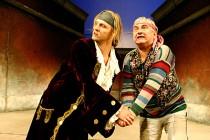 FOTO: Jan Hájek s Miroslavem Donutilem v představení Sluha dvou pánů v Národním divadle v Praze