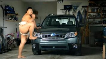 FOTO: zápasník sumo a auto