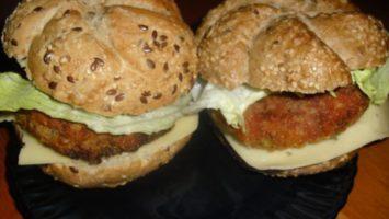 FOTO: Vegetariánská houska se sójovým karbanátkem