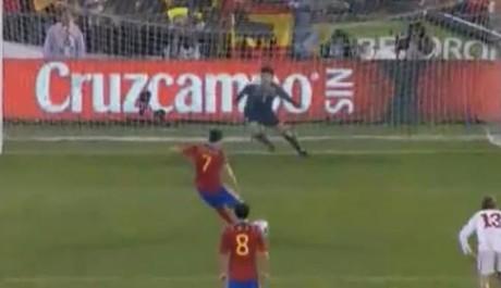 David Villa proměňuje penaltu