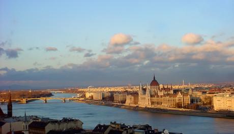 Hlavní město Budapešť leží na Dunaji