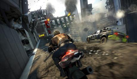 OBR.: Motorka v hroutícím se městě