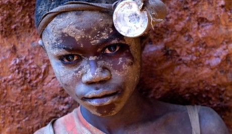 FOTO: Stojí dětská práce v dolech za výrobou našich mobilních telefonů?