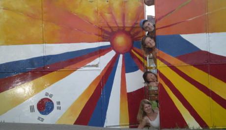 FOTO: Mezinárodní skupina mládeže na pozadí světových vlajek