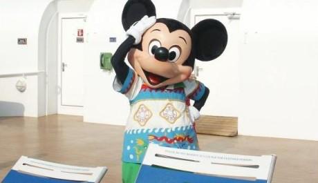 FOTO: Postavička Mickey Mouse baví na lodi hosty