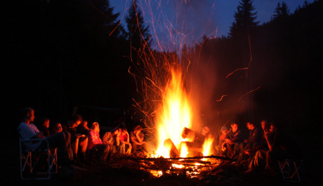 FOTO: Oheň má ochránit před tajemnými silami