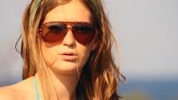 dívka s brýlemi