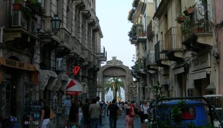 FOTO: Pěší zóna Corso Umberto a Porta Messina, Taormina
