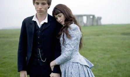 Foto: Eddie Redmayne a Gemma Arterton v televizním seriálu BBC