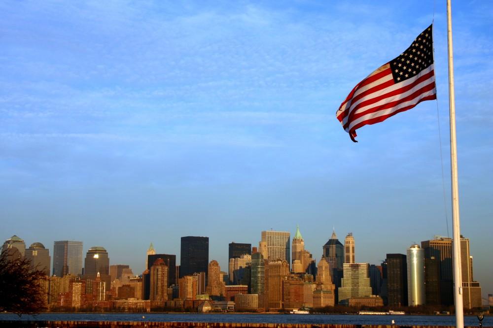 FOTO: Panorama New Yorku s americkou vlajkou v popředí
