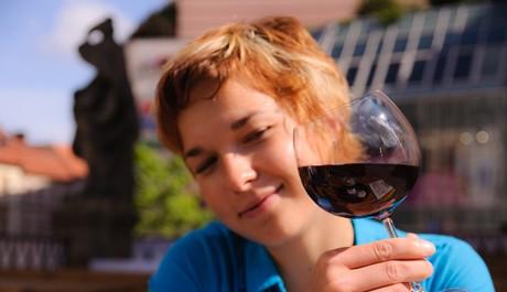FOTO: Dívka s vínem