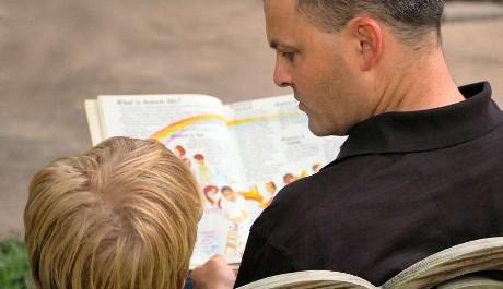 FOTO: Otec čte dítěti